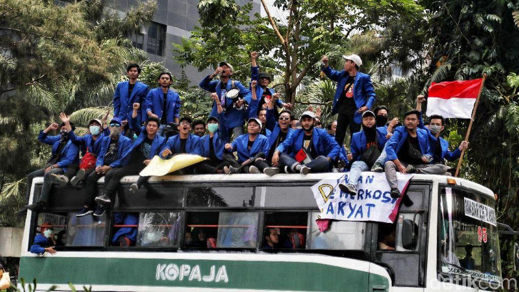 Bawa Spanduk Hingga Bendera, Mahasiswa Mulai Memenuhi Senayan