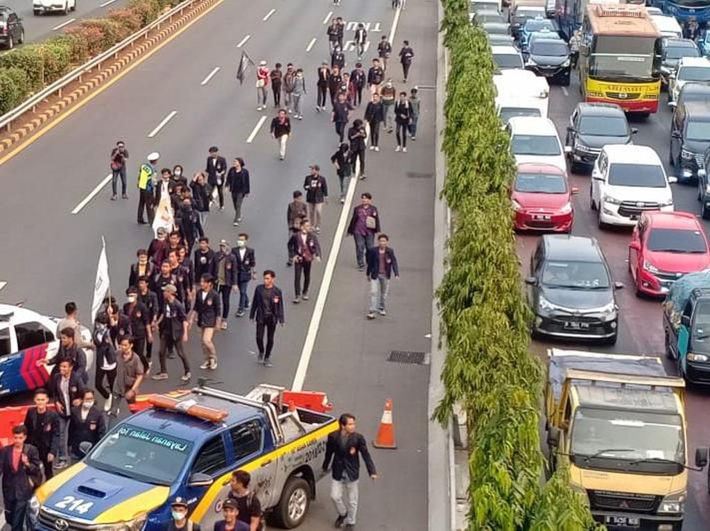 Massa Berbaju Serba Hitam Long March di Tol Dalkot ke DPR