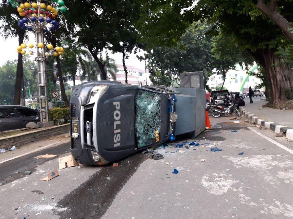 Total 7 Mobil Polisi Dirusak Massa Demo di DPRD Sumut