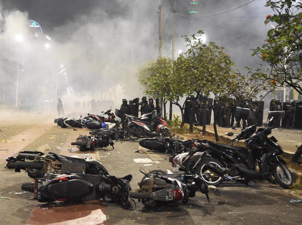 Deretan Kendaraan Korban Aksi Demo Mahasiswa