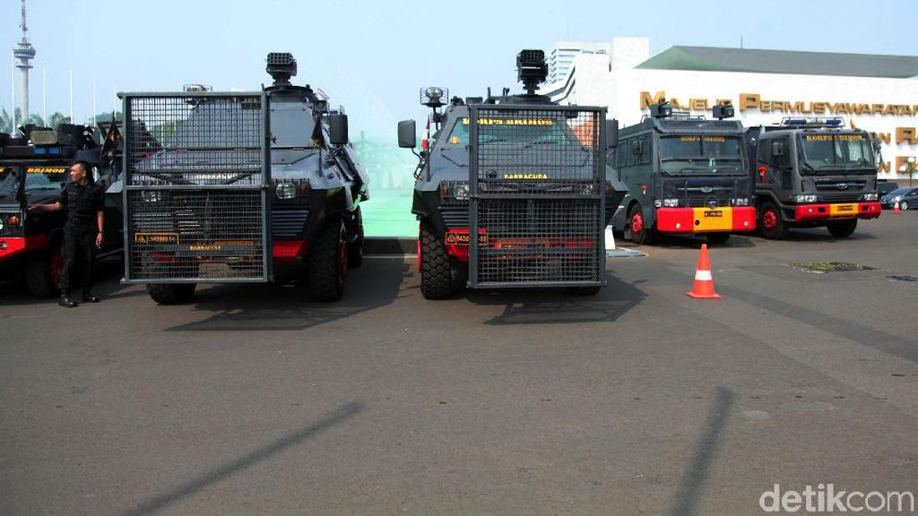 Water Cannon dan Barracuda Amankan Demo di DPR