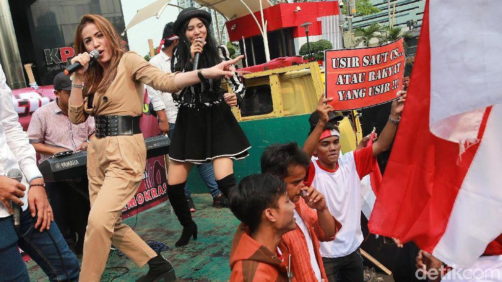 Massa Pendukung Pimpinan Baru Goyang Dangdut di KPK