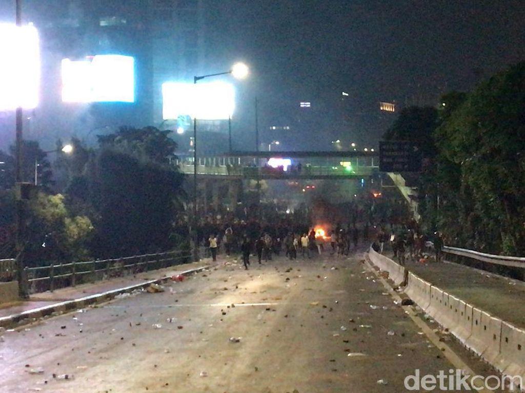 Massa Ricuh Lagi di Slipi, Polisi Tembakkan Gas Air Mata