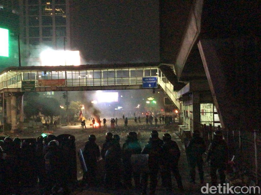 Mahasiswa-Brimob Bentrok, Pos Polisi di Simpang Slipi Dibakar