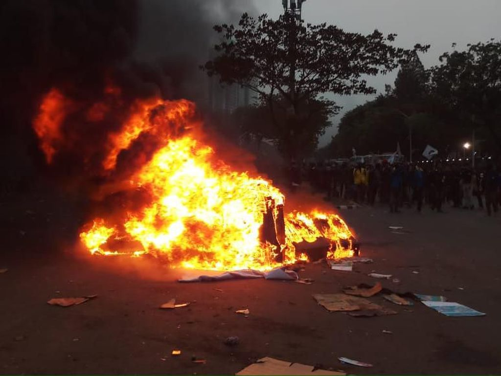 Makin Panas! Massa Pendemo Bakar Banner-Barier di Jalan Gerbang Pemuda