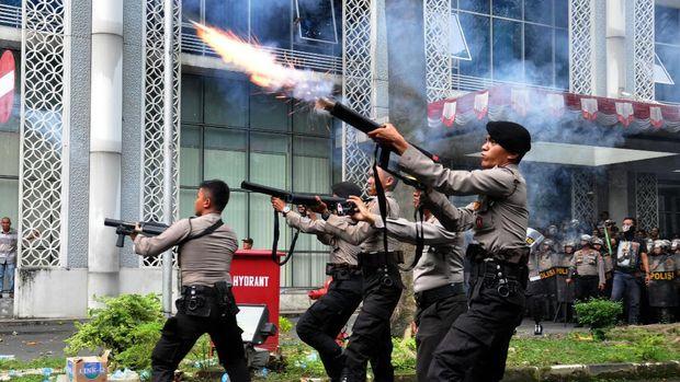 Polisi menembakkan gas air mata ke arah para mahasiswa yang melakukan aksi unjuk rasa di depan gedung DPRD Sumut, di Medan, Sumatera Utara, Selasa (24/9).