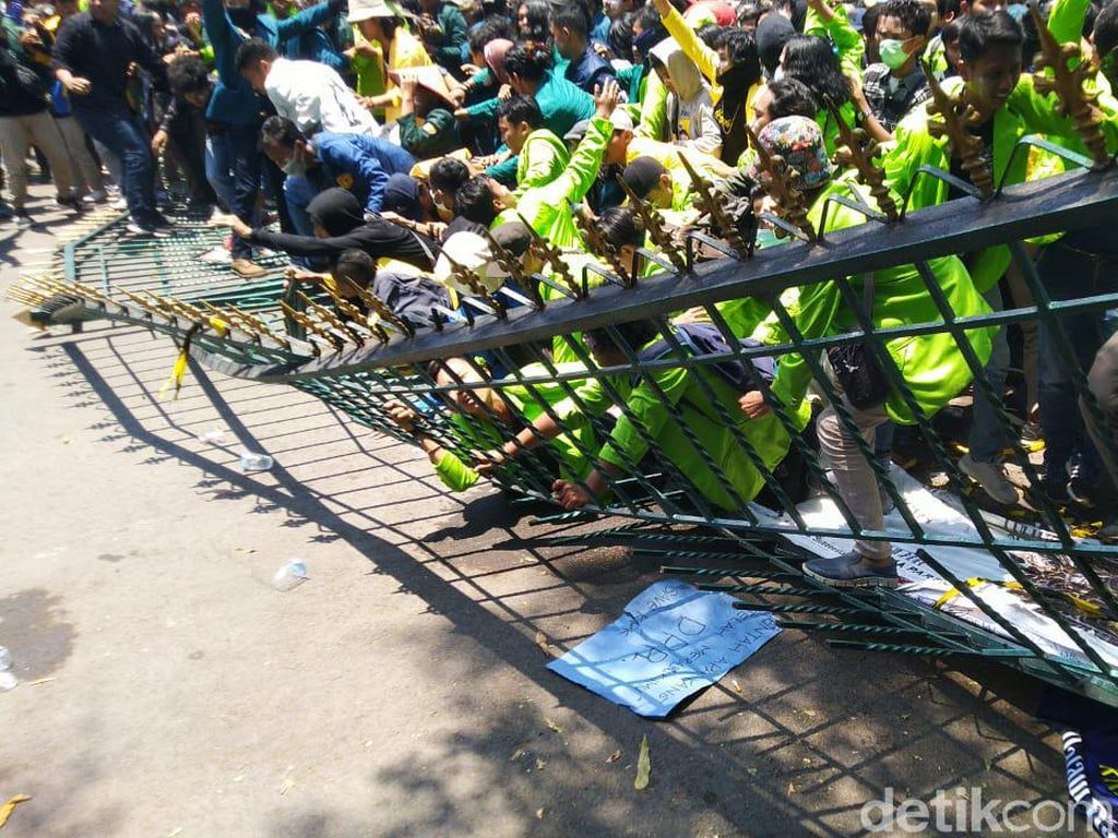 Massa Mahasiswa Robohkan Pagar Kantor DPRD Jateng
