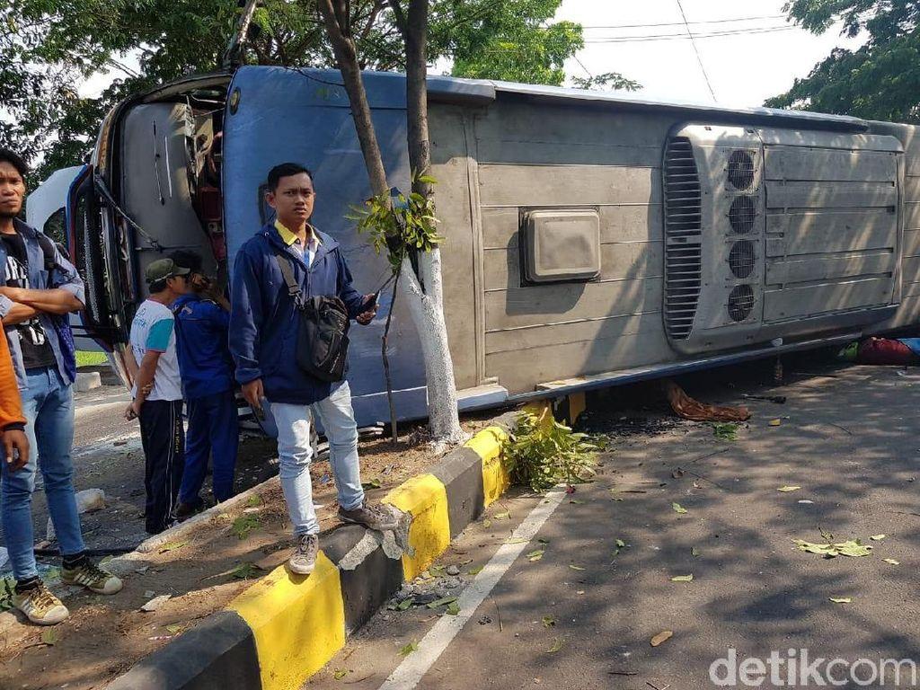 Bus Sugeng Rahayu Terguling Tewaskan Seorang Biker di Madiun
