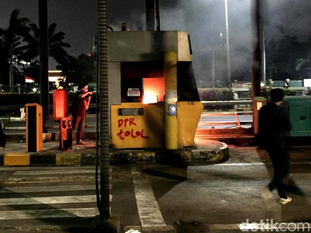 Gerbang Tol Pejompongan Dibakar