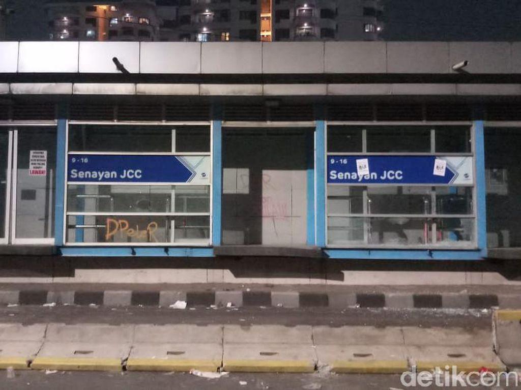 Dilempari Batu, Kaca Halte TransJ Senayan JCC Pecah-Lampunya Mati
