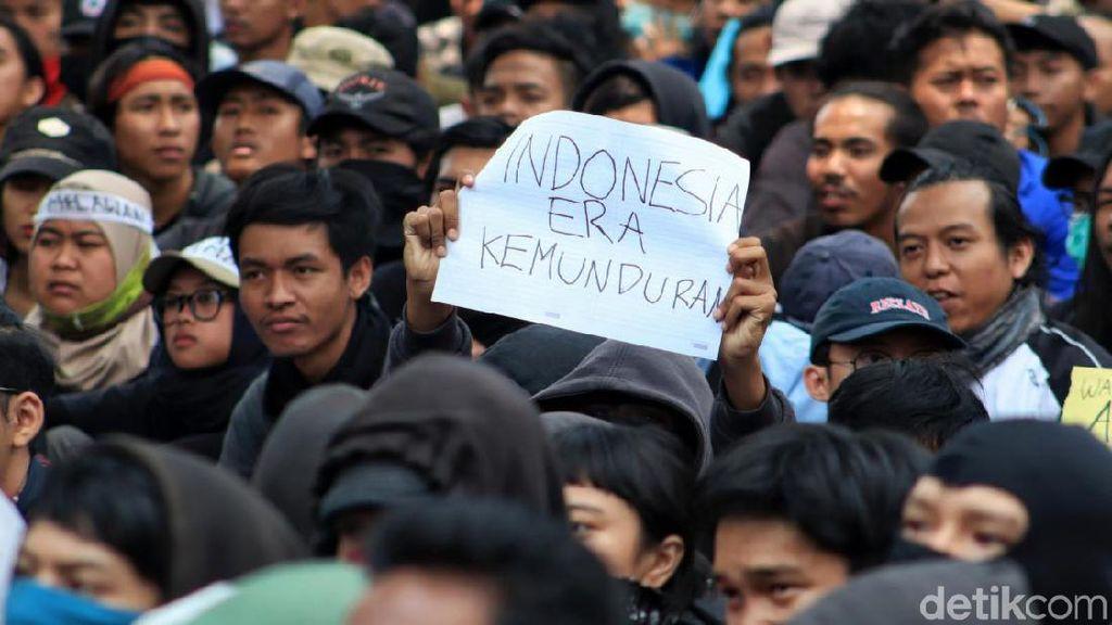 Poster-poster Pedas dari Aksi Mahasiswa di Bandung