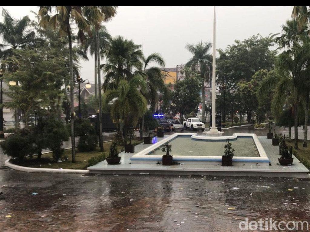 Massa Demo Bubar, Gedung DPRD Sumbar Rusak dan Berantakan