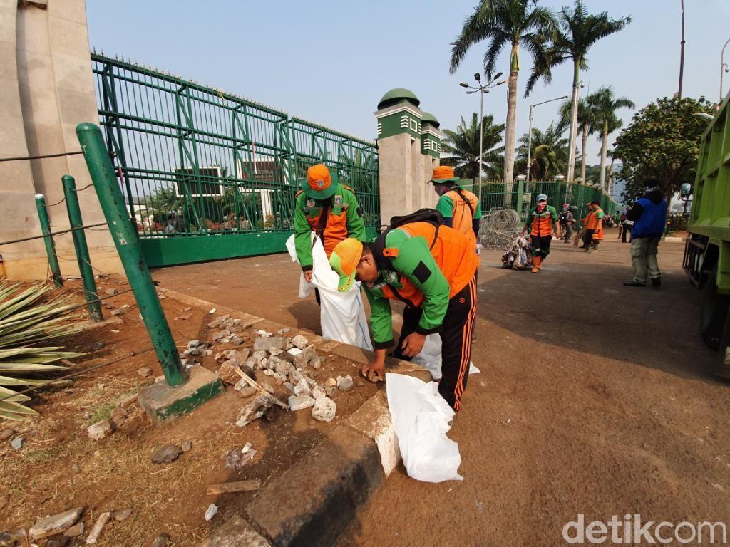 Petugas DLH DKI Bersihkan Bekas Kericuhan Demo di Depan DPR
