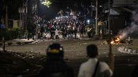 Suasana saat bentrokan terjadi antara massa pelajar dengan kepolisian di kawasan Palmerah, Jakarta Barat