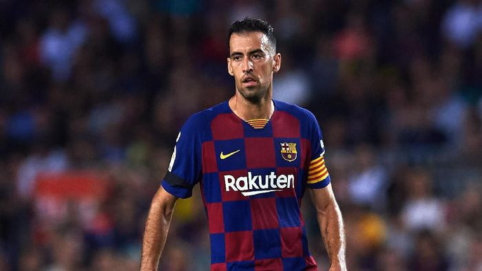 BARCELONA, SPAIN - SEPTEMBER 14: Sergio Busquets of FC Barcelona conducts the ball during the La Liga match between FC Barcelona and Valencia CF at Camp Nou on September 14, 2019 in Barcelona, Spain. (Photo by Alex Caparros/Getty Images)
