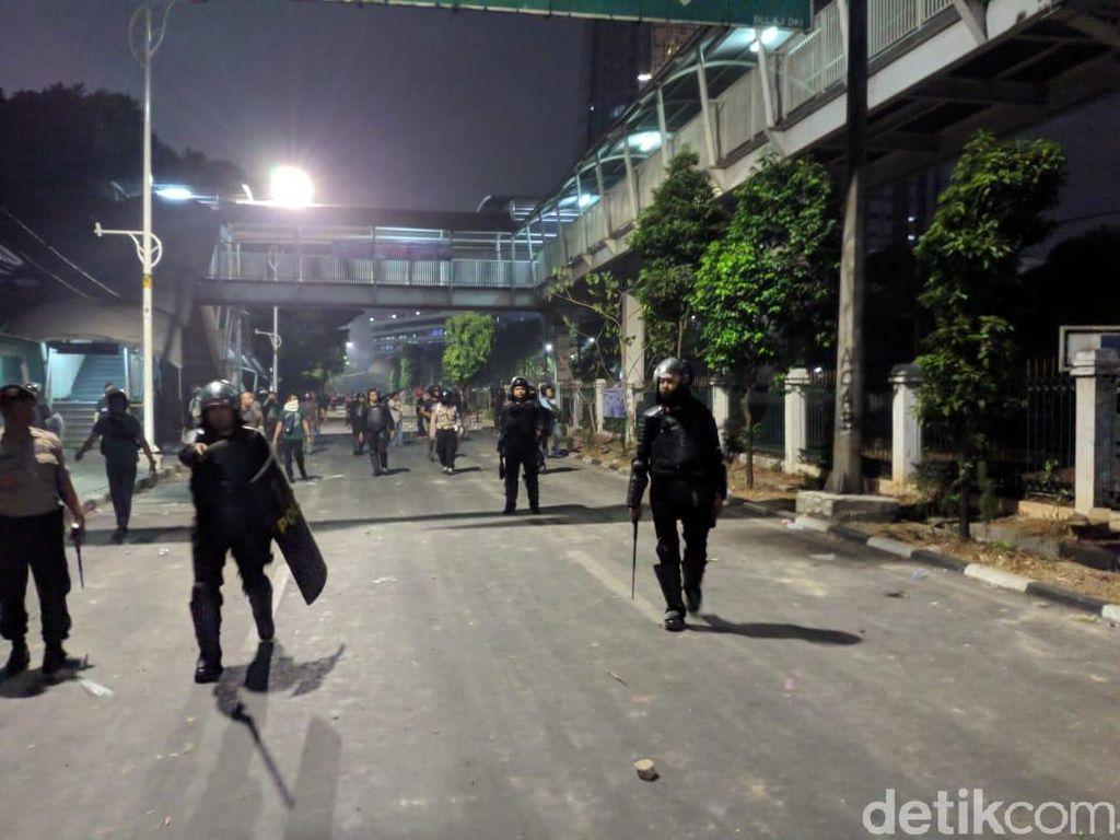 Polisi Pukul Mundur Massa yang Ricuh di Palmerah