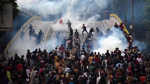 Massa pelajar saat bentrok dengan aparat di bilangan Slipi, Jakarta Barat