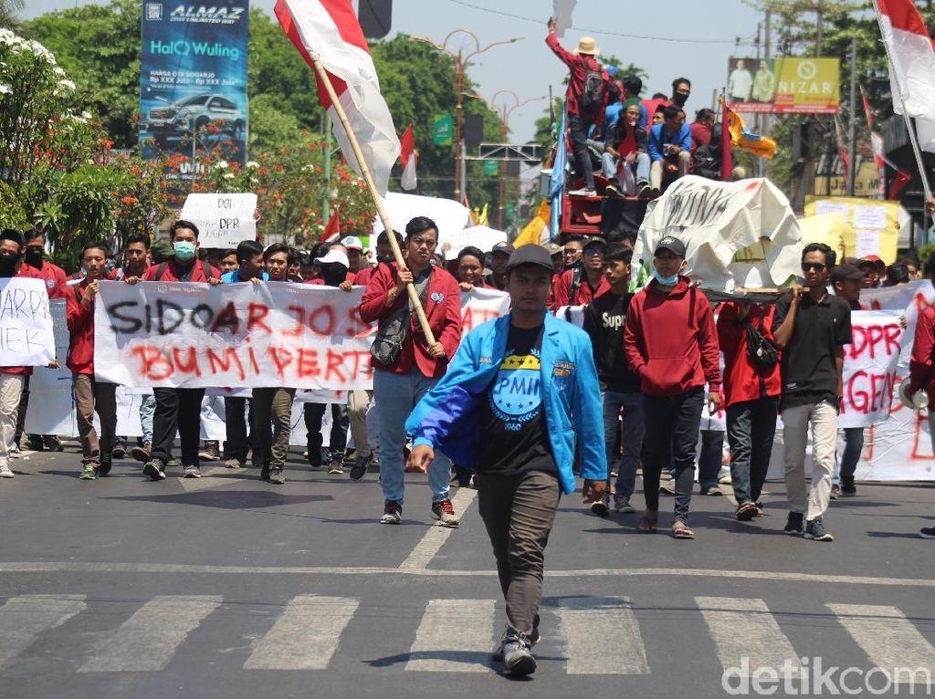 Sempat Blokir Jalan, Massa Mahasiswa Geruduk DPRD Sidoarjo