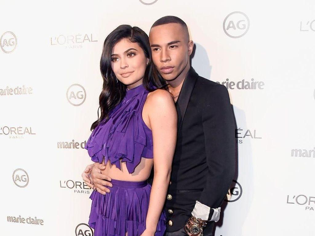 Kylie Jenner Kolaborasi dengan Balmain Rilis Makeup di Paris Fashion Week
