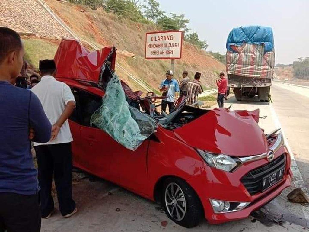 Mobil Tabrak Truk Tronton di Tol Batang, 2 Orang Tewas