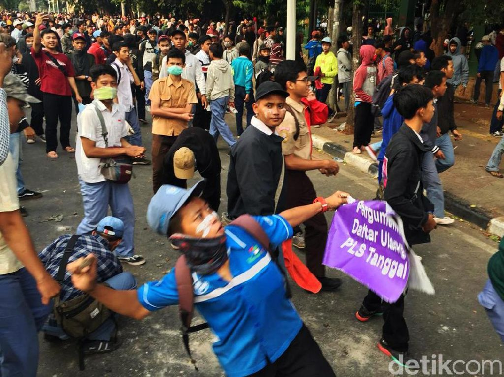 Massa Pelajar Lempari Kompleks DPR