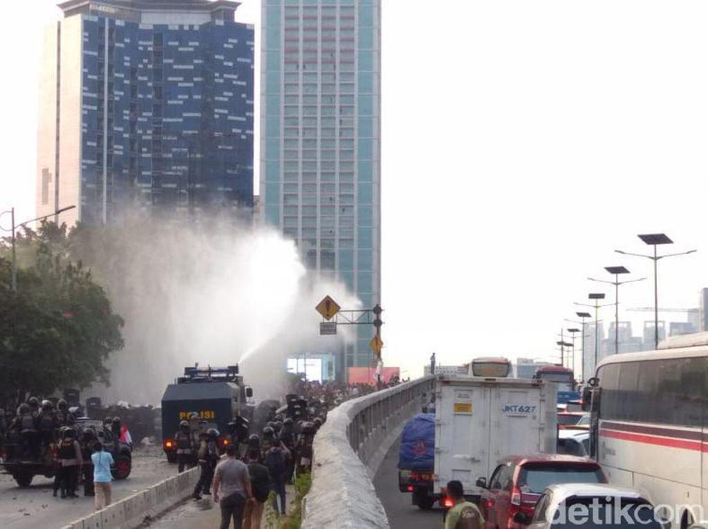 Video Kericuhan di Flyover Slipi, TNI Tenangkan Massa