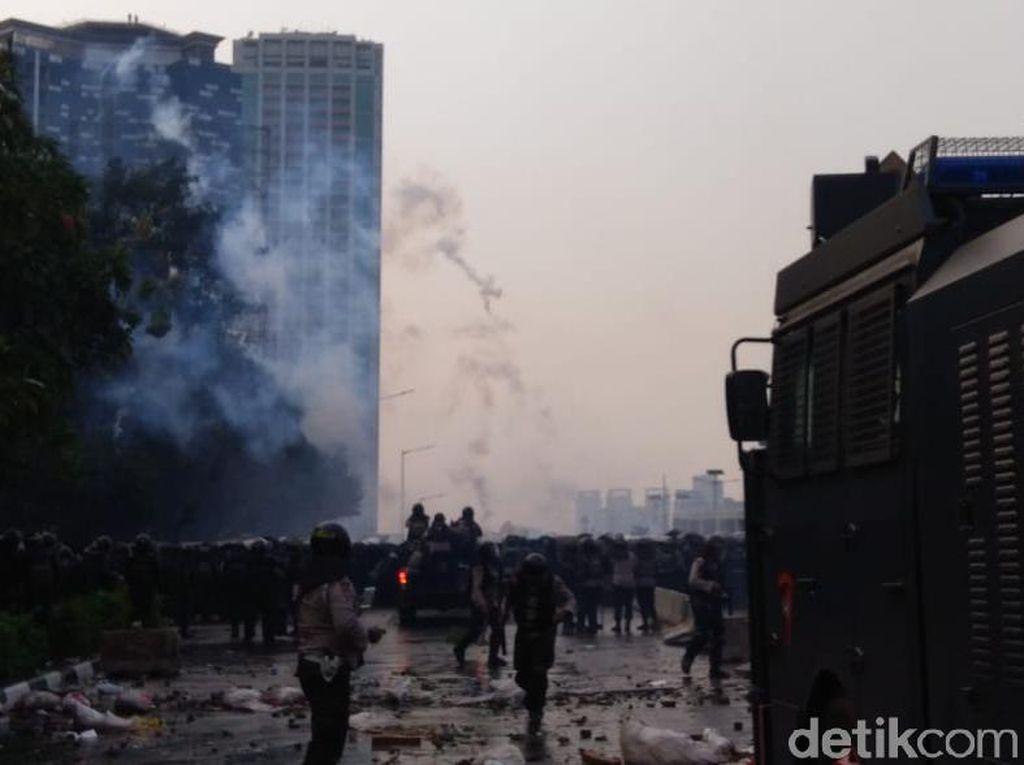 Demo di Flyover Slipi Makin Ricuh! Pelajar Berlarian ke Jalan Tol