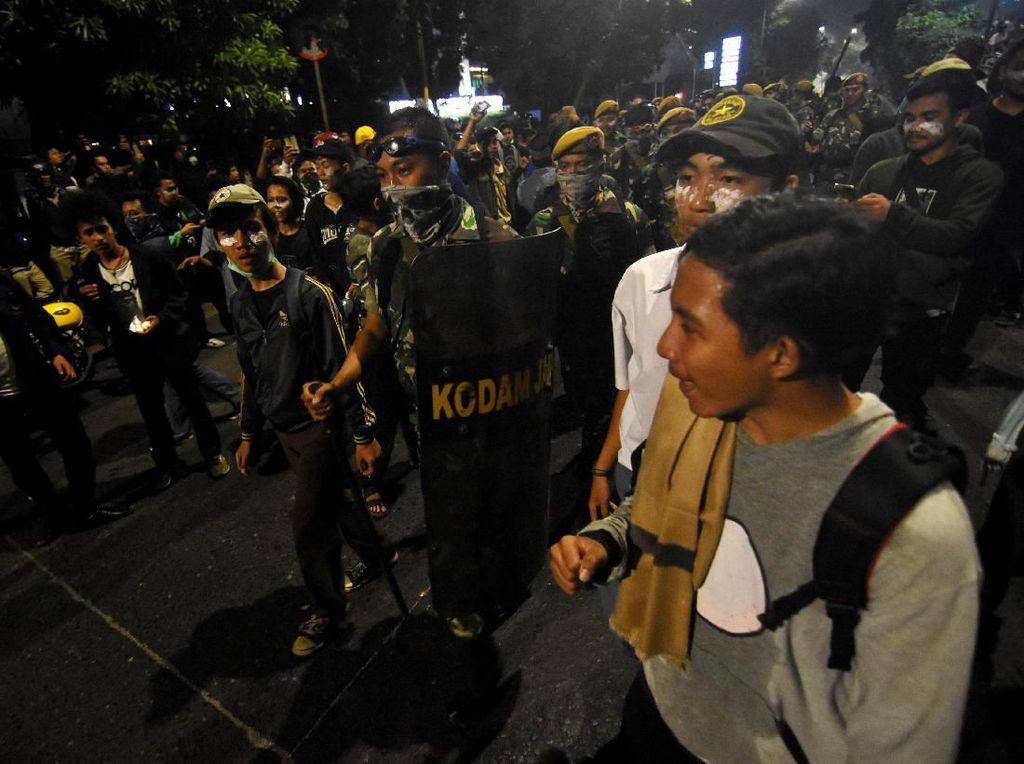 TNI Turun Tangan Tenangkan Massa Pelajar