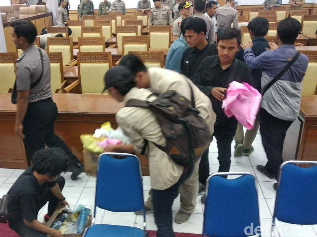 Momen Mahasiswa Kumpulkan Sampah Usai Aksi #GarutMelawan