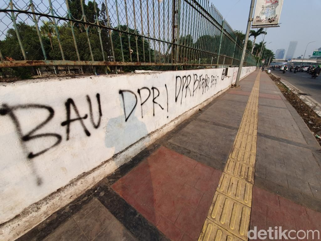 Pascademo di DPR, Jl Gatot Subroto Banyak Coretan-Sampah Berserakan