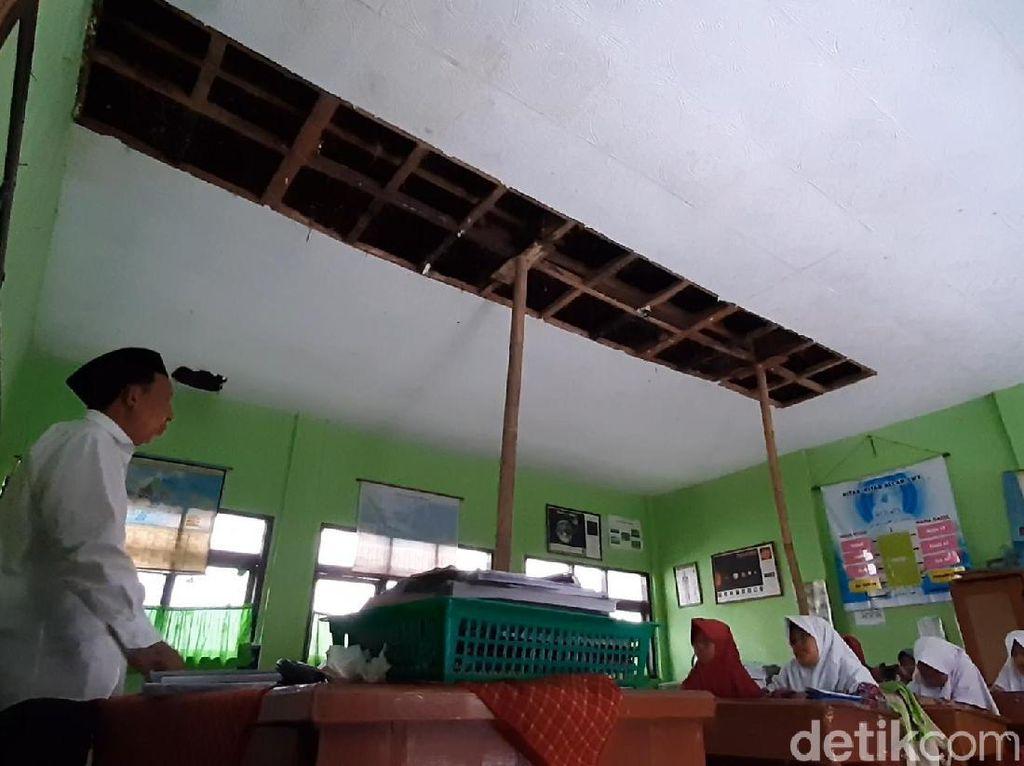 Guru-Siswa SDN 1 Ciawang Tasikmalaya Deg-degan Sekolah Ambruk