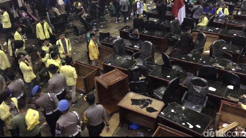 Gedung DPRD Sumbar Porak Poranda Imbas Aksi Demo Mahasiswa
