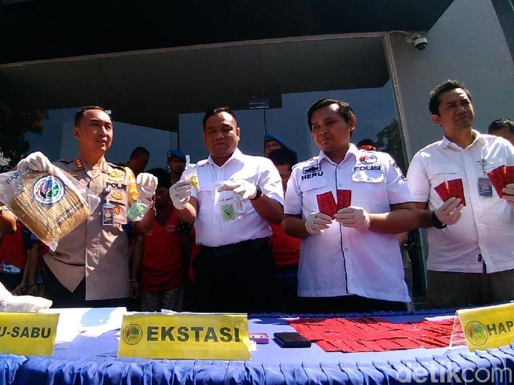 Polisi Sita 2 Kg Ganja dan 40 Ribu Pil Koplo dari 7 Pengedar di Surabaya