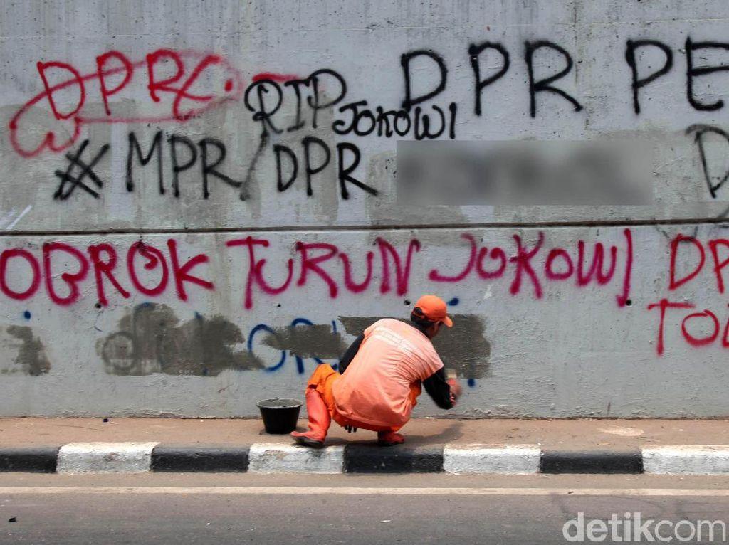 Pascademo, PPSU Bersihkan Vandalisme di Tembok Flyover Senayan