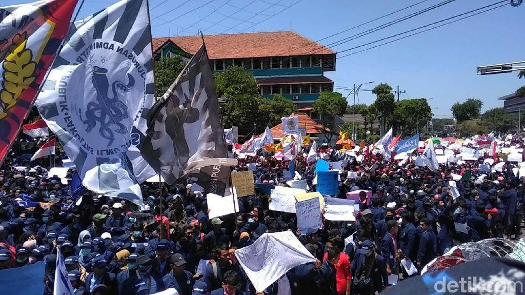 Massa Mahasiswa Geruduk DPRD Jatim
