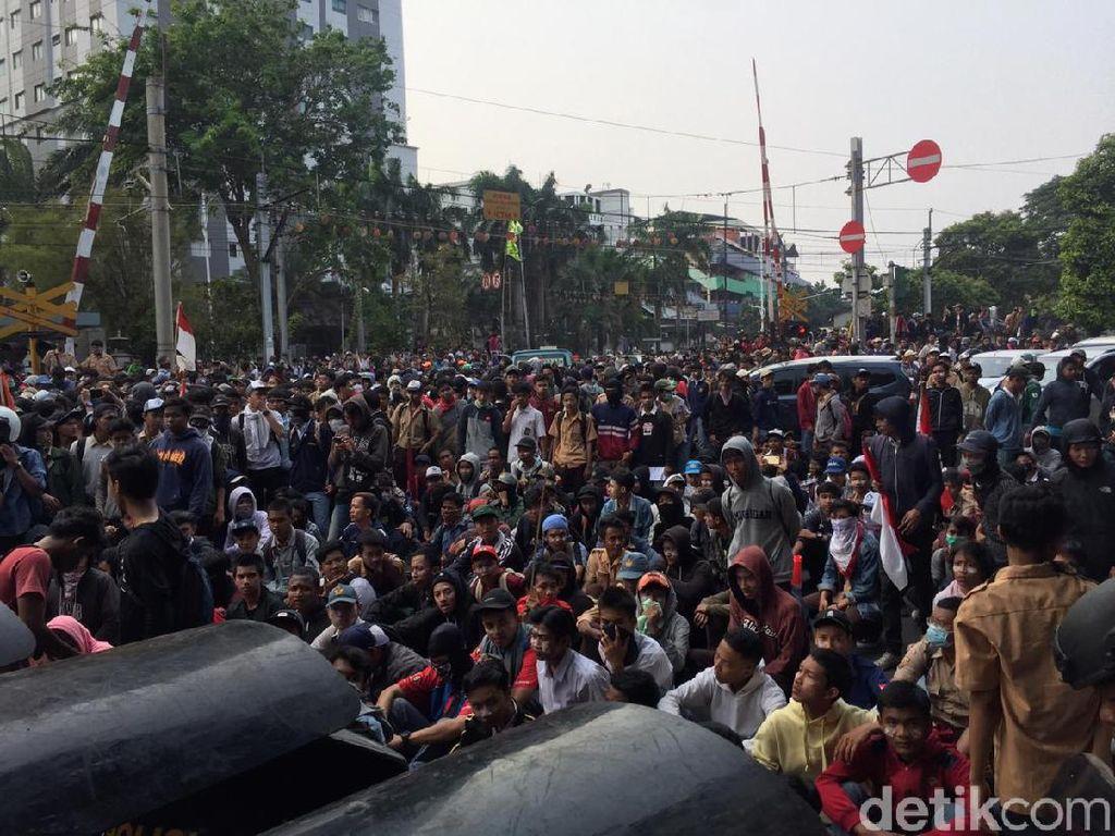 Massa Putih Abu-abu dan Pramuka Berkumpul di Belakang DPR, Polisi Menghalau
