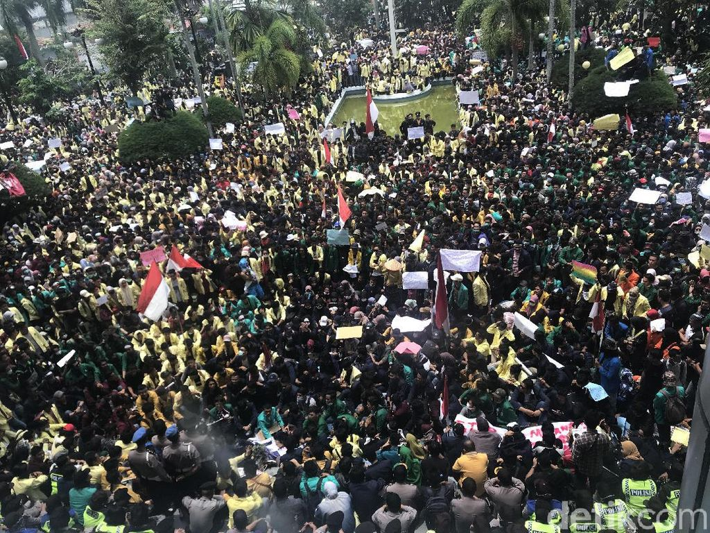 Massa Rusak Gedung DPRD Sumbar