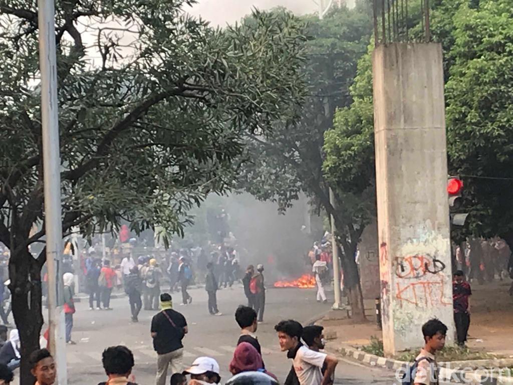 Massa Putih Abu-abu Pukuli Pagar DPR dan Bakar-bakar