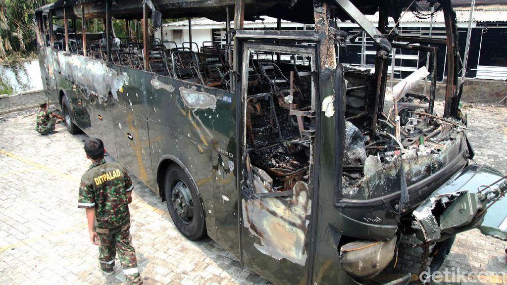 Aksi Rusuh Kemarin Massa Juga Bakar Bus TNI