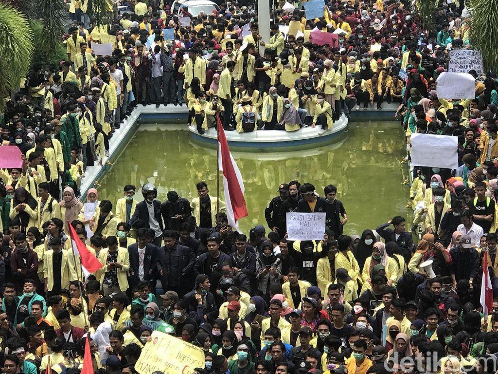 Ribuan Mahasiswa Demo di Gedung DPRD Sumbar