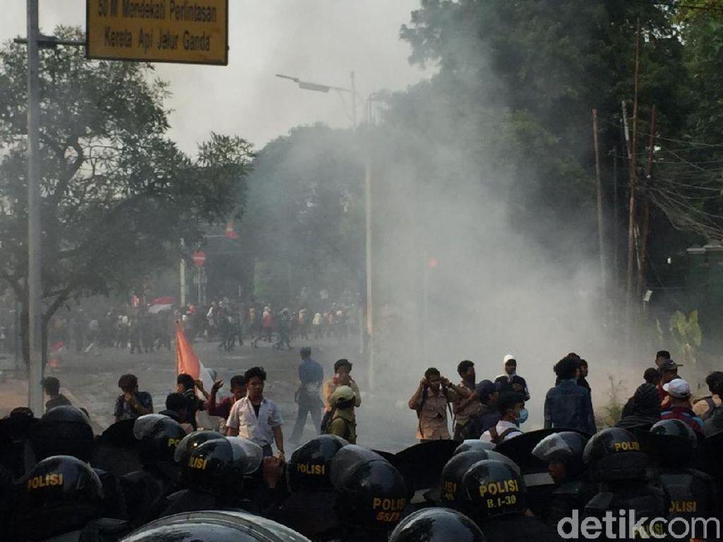 Makin Panas! Massa Putih Abu-abu Lempar Batu ke Dalam Kompleks DPR