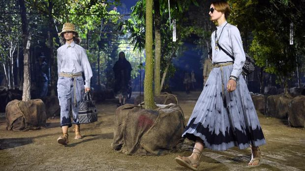 Models present creations by Maison Dior during the Women's Spring-Summer 2020 Ready-to-Wear collection fashion show at the Hippodrome de Longchamps in Paris, on September 24, 2019. (Photo by CHRISTOPHE ARCHAMBAULT / AFP)