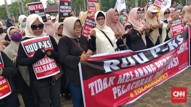 Seratusan wanita yang tergabung dalam Emak-Emak Militan mendatangi Gedung DPRD Sumatera Selatan, Palembang menolak RUU PKS, Palembang, Rabu (25/9). (CNNIndonesia/hafizd)