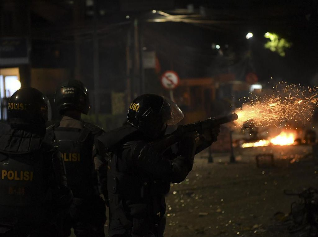 Bubarkan Massa, Polisi Tembakkan Gas Air Mata