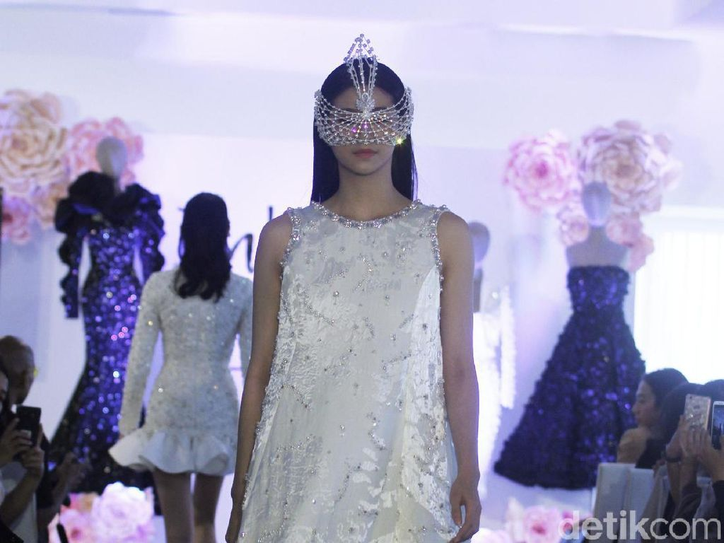 8 Gaun Malam Karya Julianto yang Memukau di New York Fashion Week