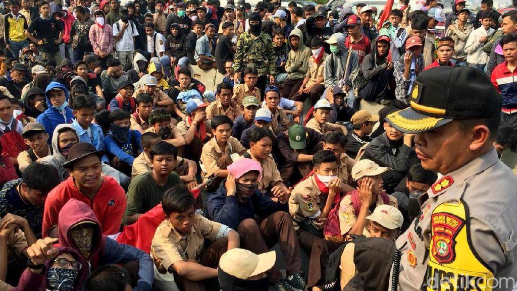 Massa Aksi #STMMelawan Tertahan di Flyover Pejompongan