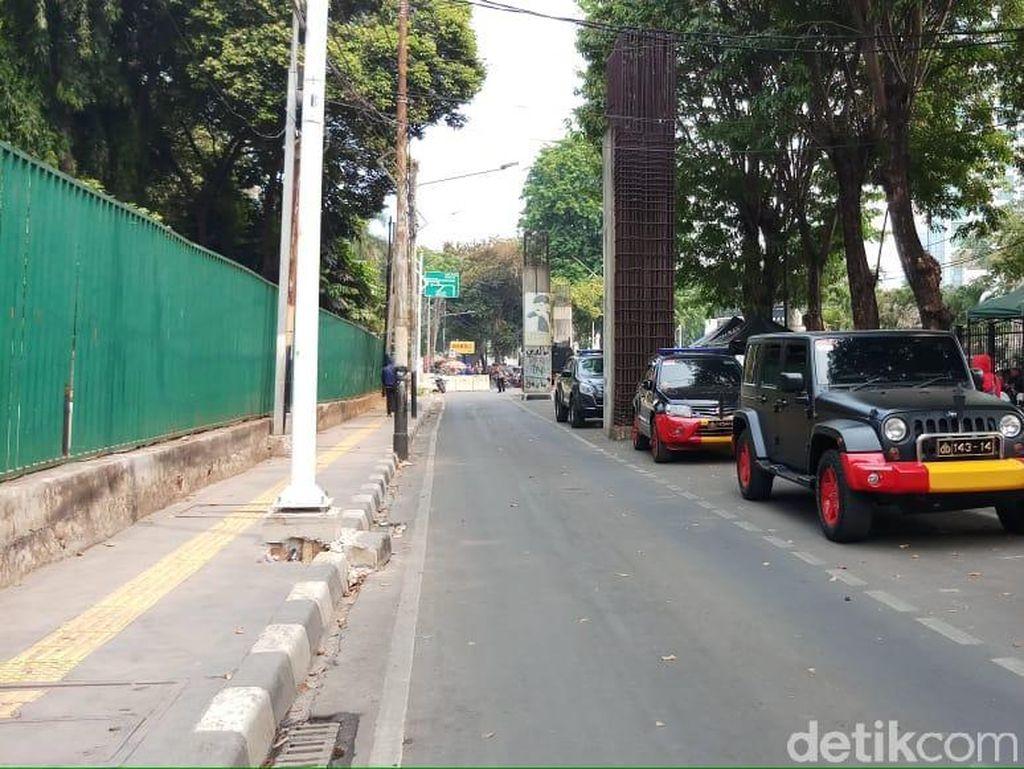 Jalan Asia Afrika Arah Belakang DPR Ditutup, Personel Brimob Siaga