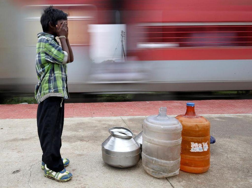 Perjuangan Bocah di India Tempuh 14 Km untuk Dapatkan Air