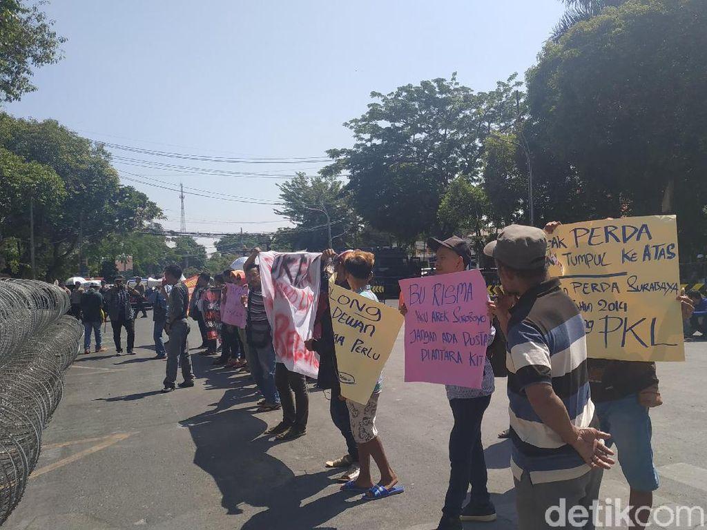 Tolak Relokasi, PKL Jalan Anggrek Demo di Gedung DPRD Surabaya