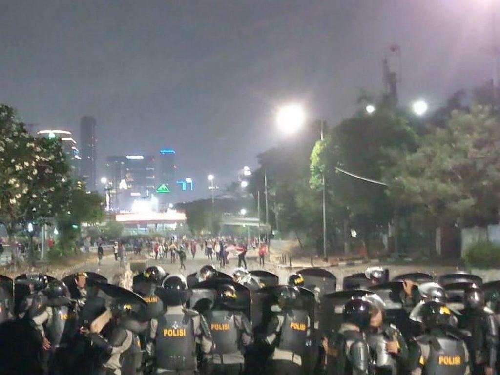 Makin Malam Makin Meluas, Massa Ricuh Lempari Polisi di Dekat JCC